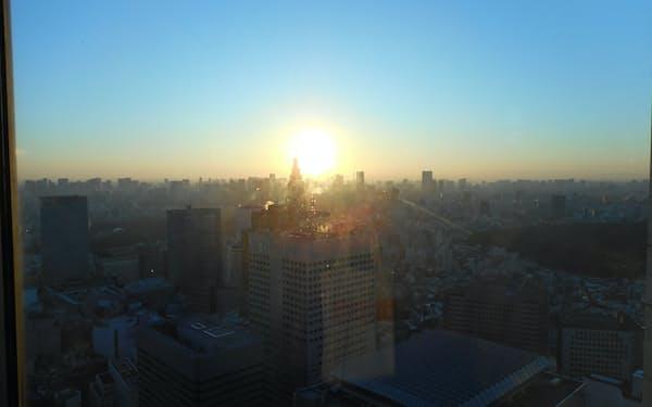 都庁展望室からの初日の出の様子をオンライン配信する(東京都提供)