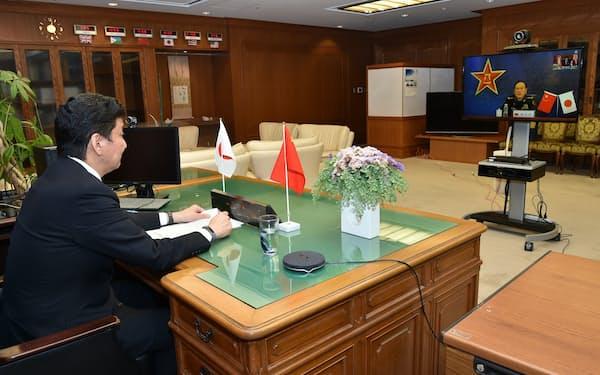 テレビ会議方式で協議する岸防衛相(14日、防衛省)=防衛省提供