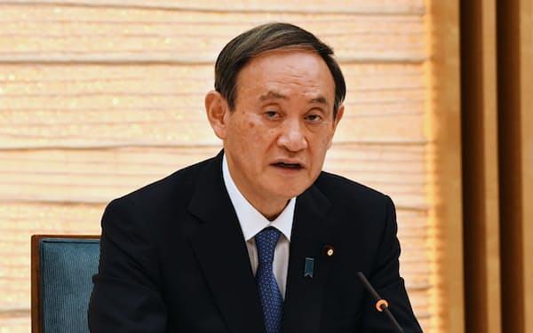 新型コロナウイルス感染症対策本部で発言する菅首相(14日、首相官邸)