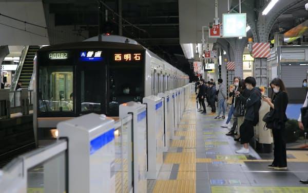 JR大阪駅の終電。新型コロナ禍で鉄道の利用は減少している