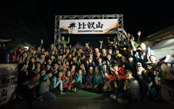 比叡山のレース終了後、記念撮影したボランティアさんの笑顔が懐かしい(2016年)