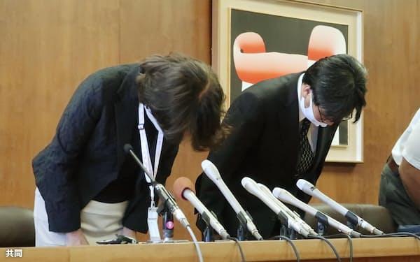 記者会見で謝罪する兵庫県宝塚市の教育長(左)ら(10月、宝塚市役所)=共同