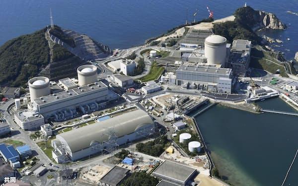 関西電力美浜原発。右から3号機、2号機、1号機(10月、福井県美浜町)=共同