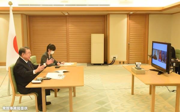 栗氏とテレビ会議方式で協議する大島氏(衆院事務局提供)