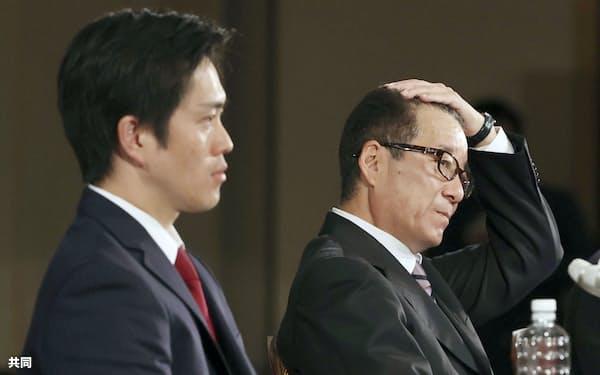 記者会見する松井市長(右)と吉村府知事(11月2日未明、大阪市)=共同