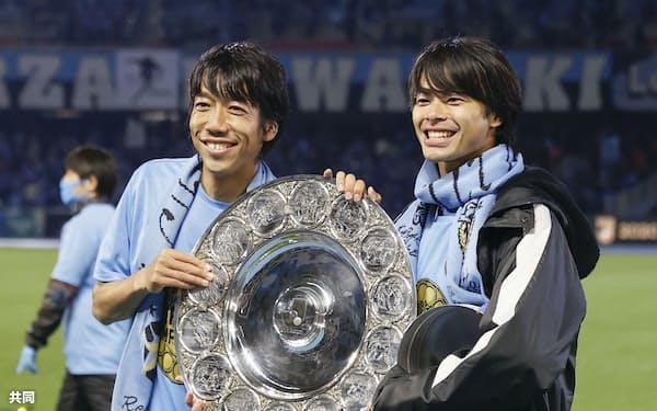 2季ぶり3回目のJ1優勝を飾った川崎。今季で引退する中村(左)やルーキー三笘(右)らタレントが融合し、チームとして団結した=共同