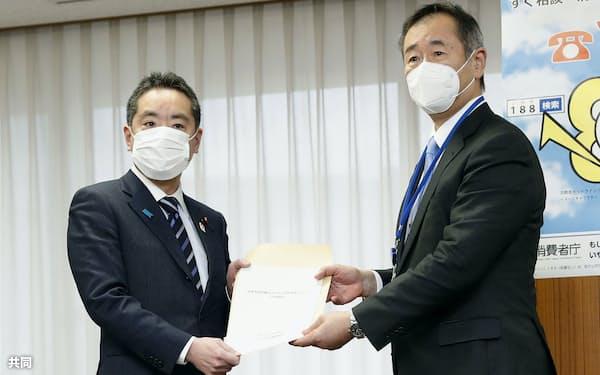 会議の在り方に関する中間報告を井上科技相(左)に提出する日本学術会議の梶田隆章会長=16日午後、東京・霞が関