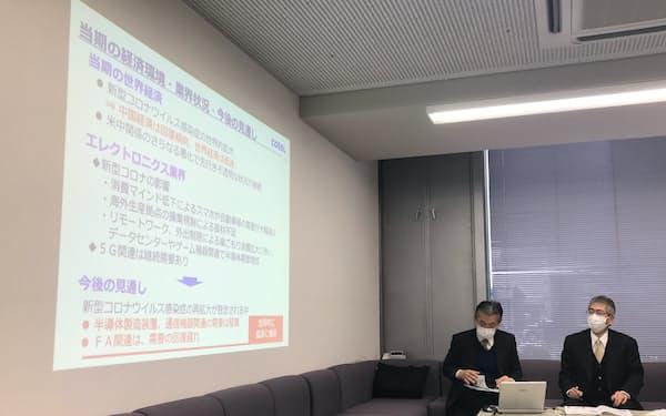 谷川社長(写真㊨)は半導体製造装置向けの引き合いが強まっていると指摘する。