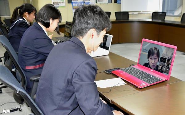 中満泉氏とオンラインで意見交換する高校生平和大使(16日午前、長崎市)=共同