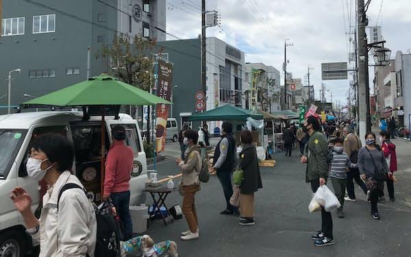 客が並んでもある程度の距離を保つよう促した(愛知県新城市の軽トラ市)