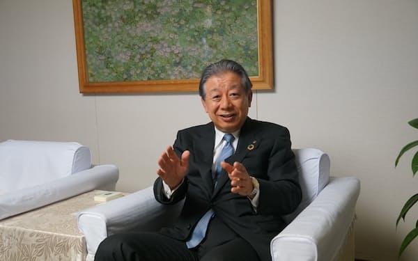 インタビューに答える阿波銀行の大西副頭取(徳島市内の阿波銀行本店で)