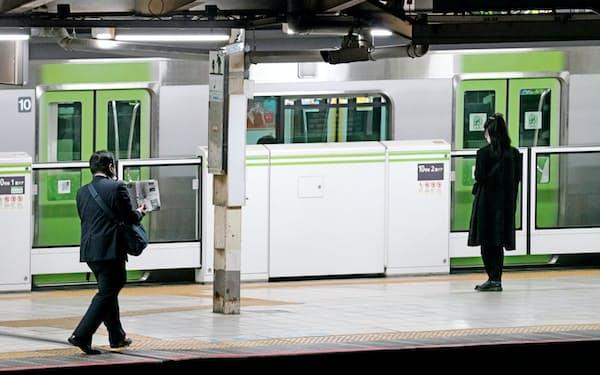 JR山手線の終電間近は乗客が少ない(JR田町駅)