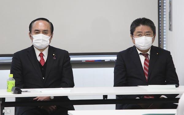 大分県連合の会合に出席した社民党の吉田幹事長(左)と吉川副党首(17日午後、大分市)=共同