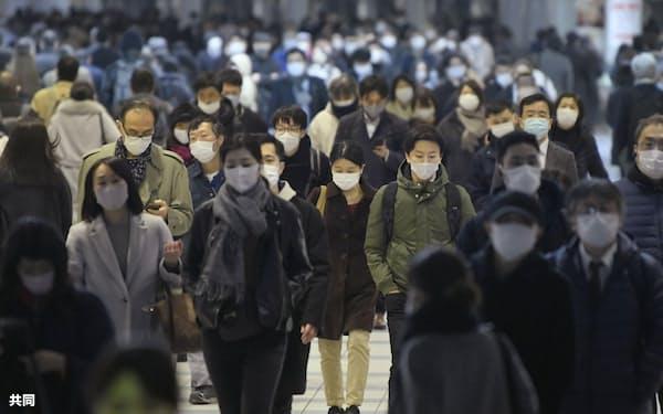 マスク姿でJR品川駅を行き交う大勢の人たち。都内の新たな新型コロナウイルス感染者数が800人を超え過去最多となった(17日午後)=共同