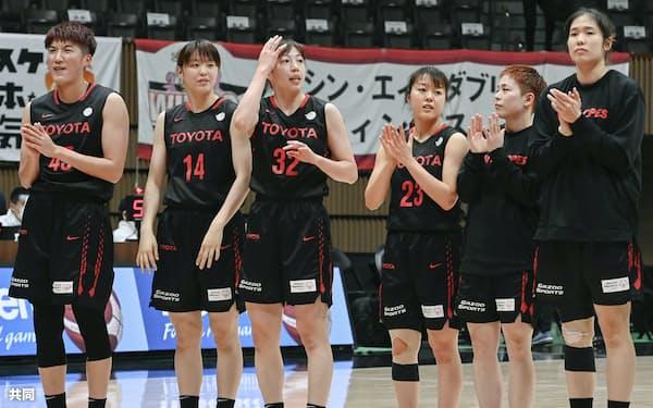 全日本バスケ女子準々決勝でアイシンAWに快勝したトヨタ自動車の選手たち=共同