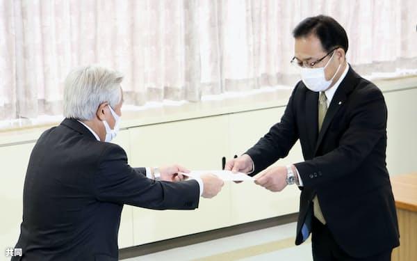 福井県美浜町議会の竹仲良広議長(左)から報告を受け取る戸嶋秀樹町長(18日午前)=共同