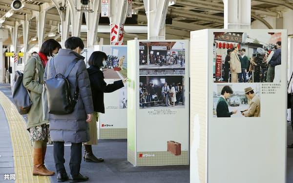 京成電鉄柴又駅で、渥美清さんが演じた寅さんの写真などで装飾された柱(18日、東京都葛飾区)=共同