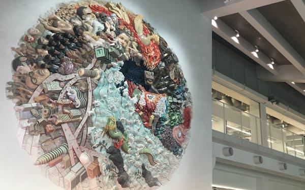 国際交流拠点の入り口に掲げられた陶板作品「ELEMENTS OF FUTURE」(東京・目黒)