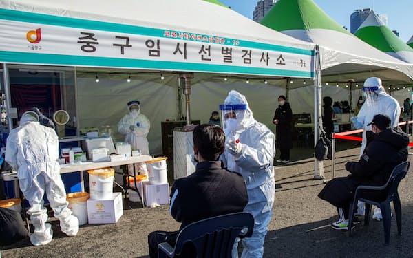 感染拡大を受けて臨時設置されたPCR検査場(16日、ソウル市)