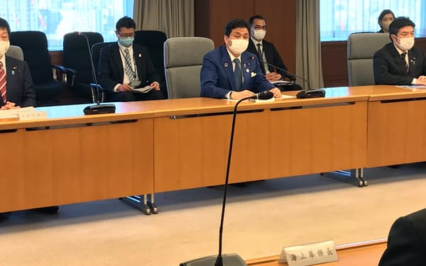 防衛省の省議で予算について説明する岸防衛相(21日)