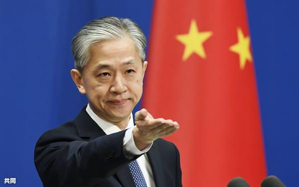 記者会見する中国外務省の汪文斌副報道局長=16日、北京(共同)