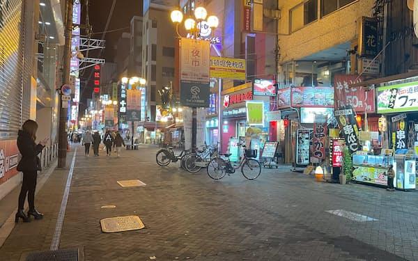 忘年会シーズンだが、人の姿が少ないミナミの繁華街(19日、大阪市中央区)