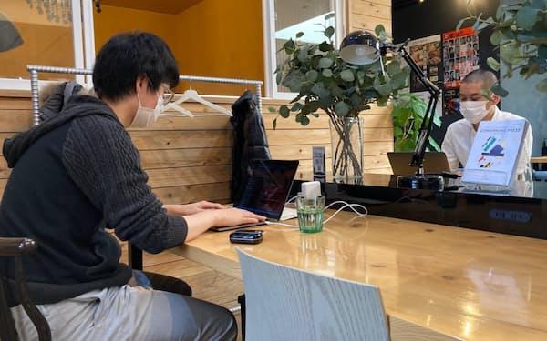 北九州市の「お試し」事業を使い、市内のコワーキングスペースで働く東京のIT技術者