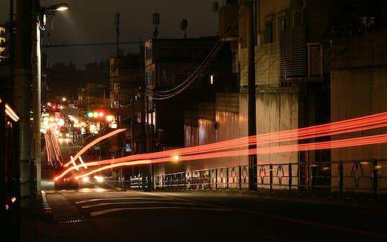 日が沈んだたまらん坂に自動車のテールランプの光跡が残る