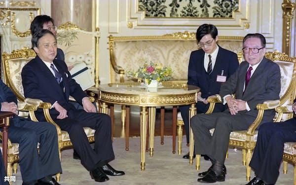 1990年11月13日、海部俊樹首相(左)と会談する、中国の呉学謙副首相(東京・元赤坂の迎賓館)=外務省外交史料館所蔵・共同