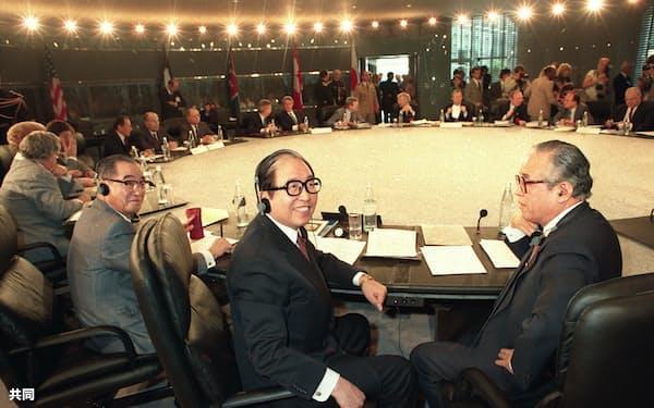 宇野宗佑首相(手前左)が出席したアルシュ・サミット全体会合(1989年7月、パリ)=共同