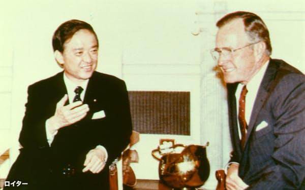 日米首脳会談に臨む当時の海部俊樹首相(左)とブッシュ米大統領(1989年9月、ワシントン)=ロイター・共同