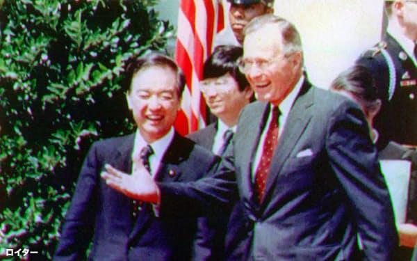 日米首脳会談終了後、ブッシュ米大統領(右)の案内でホワイトハウスを出る海部俊樹首相(1989年9月、ワシントン)=ロイター・共同