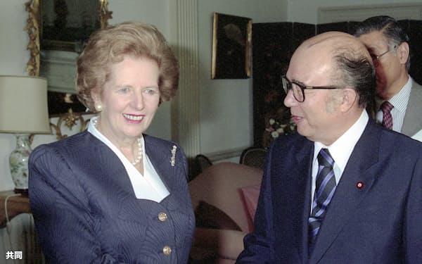 1989年9月、来日し中山太郎外相(右)と握手するサッチャー英首相(東京・千代田の英国大使公邸)=共同