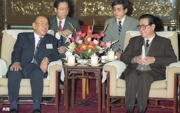 斎藤英四郎経団連会長(左)と会談する中国の李鵬首相(1989年11月、北京の人民大会堂)=共同