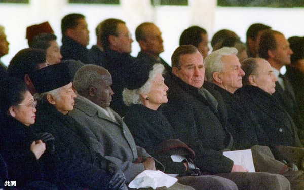 1989年2月の昭和天皇大喪の礼で、儀式の始まりを待つ(前列右から)フランスのミッテラン大統領、西ドイツのワイツゼッカー大統領、米国のブッシュ(父)大統領(東京・新宿御苑)=共同