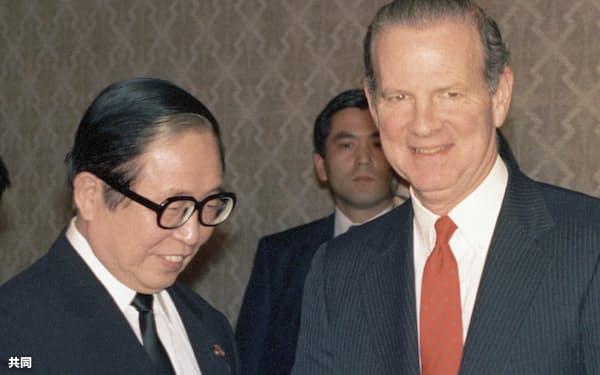 会談に臨むベーカー米国務長官(右)と宇野宗佑外相(1989年2月、東京都港区の飯倉公館)=共同