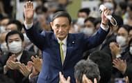 自民党総裁に選出され、両手を広げる菅氏(2020年9月)