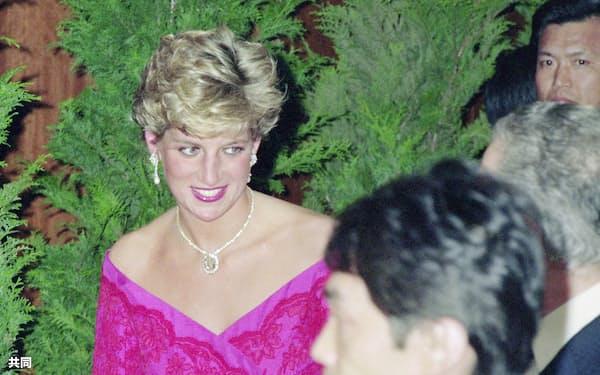 上皇さまの即位の礼に出席した外国元首らを招いた首相夫妻主催の夕食会に向かうダイアナ英皇太子妃=1990年11月13日、東京都内のホテル(外務省外交史料館所蔵)
