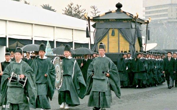「大喪の礼」で葬場殿に向かう昭和天皇の柩(ひつぎ)を乗せた葱華輦(そうかれん)。(1989年2月24日、新宿御苑)