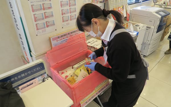 専用の箱に入れられた寄付された食品(大阪市鶴見区のおおさかパルコープつるみ店)