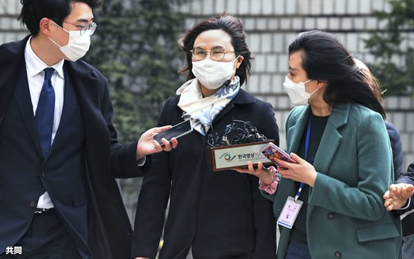 23日、ソウル中央地裁に入る曺国前法相の妻チョン・ギョンシム被告=共同