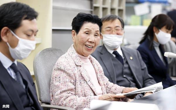 最高裁の決定を受け、記者会見する袴田巌さんの姉秀子さん(中央)ら(23日午後、静岡市)=共同