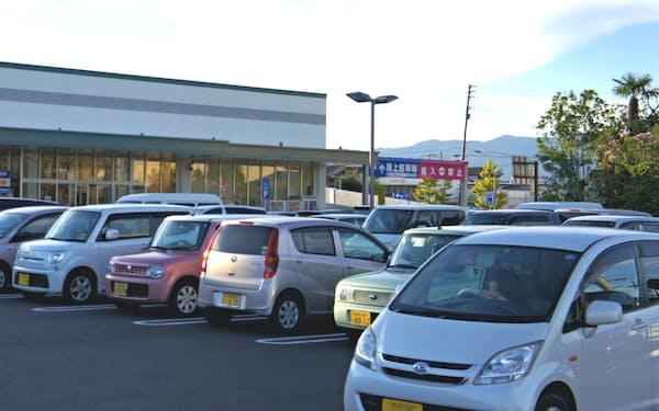 地方では生活の足として軽自動車が広く乗られている(佐賀市内のスーパーで)