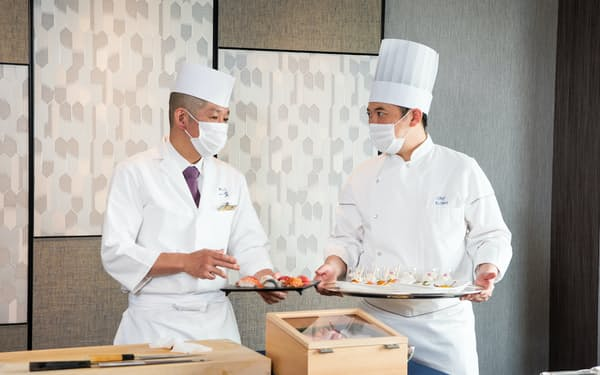 スイートルームで提供する料理の打ち合わせをするすし職人とホテルシェフ(東京都渋谷区のセルリアンタワー東急ホテル)