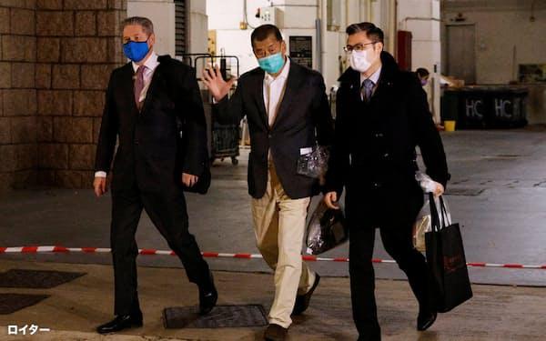 保釈され高裁を出る黎智英氏㊥(23日、香港)=ロイター