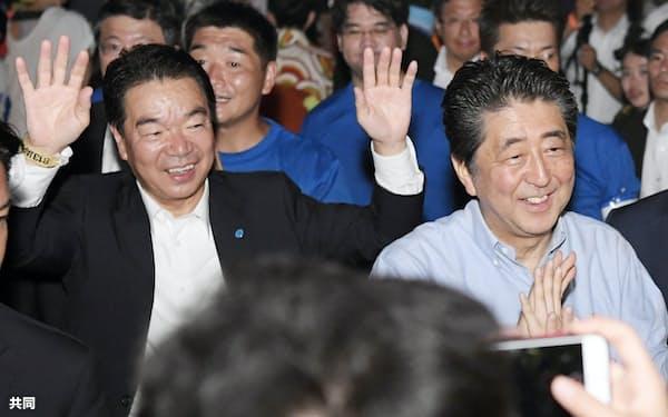 2019年8月、山口県下関市を訪れた安倍前首相と配川秘書(左)=共同