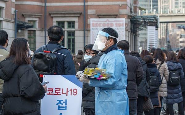 「K防疫」決壊阻止へ韓国政府が無料のコロナ検査に踏み切った(ソウル駅前の臨時PCR検査場)