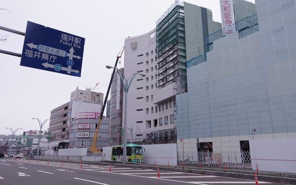 JR福井駅前の再開発ビルはコロナ禍で地権者との調整に手間取るなどして開業が1年遅れの24年春になる見通しだ(福井市)