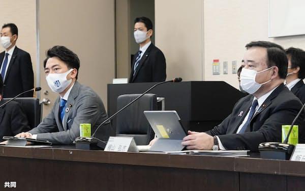 菅首相からカーボンプライシングについて検討するよう指示を受けた小泉環境相(左)と梶山経産相(11月11日の経産省内での会議)=共同