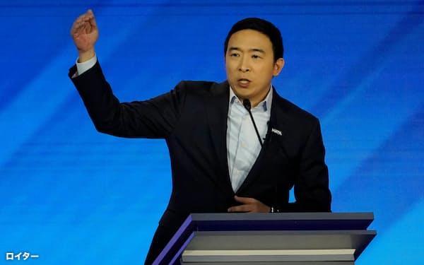 米大統領選の民主党候補の指名争いで演説するアンドリュー・ヤン氏(2月、ニューハンプシャー州)=ロイター